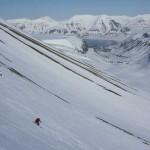 Grand ski au dessus de Longyearbyen